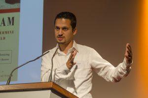 """Farid Hafez, Universität Salzburg referierte über """"Bilder des Islams – die Rolle der Medien in unserer Wahrnehmung des 'Islams'""""; Foto: Andreas Reichelt"""